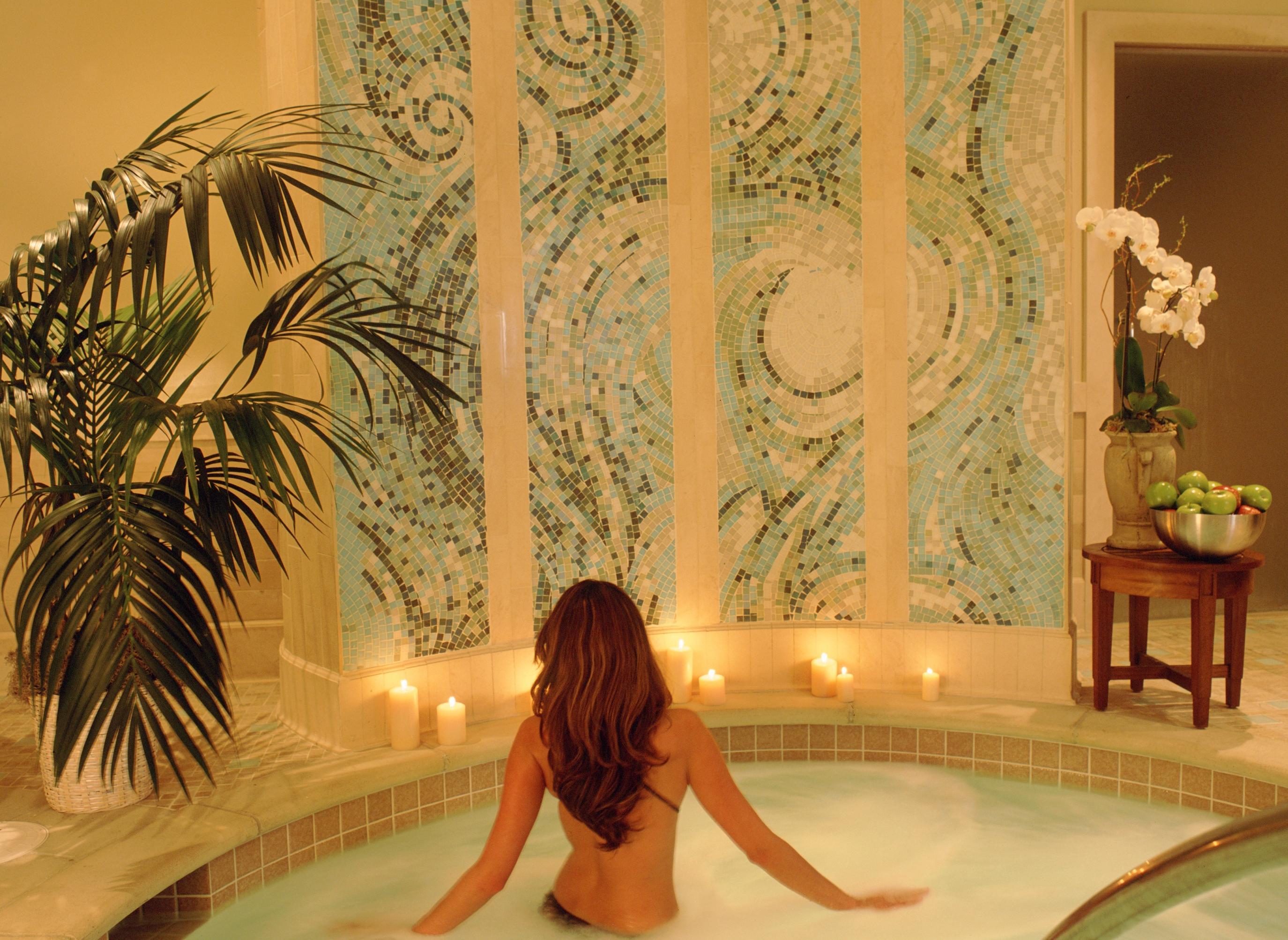 tub inn okcks en i hotels suites hoteldetail holiday romantic express us mn holidayinnexpress city southeast hot hotel and oklahoma ihg by
